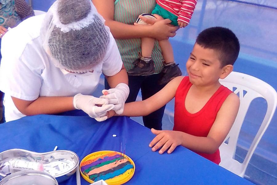 Anemia Cero Muniventanilla enfermera revisando las manos