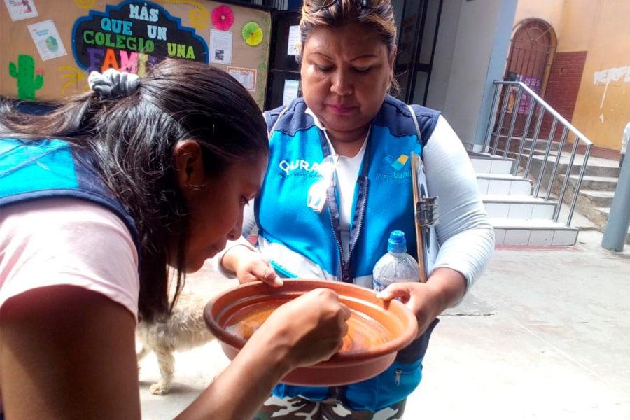 Control de plagas Muniventanilla revisando el agua