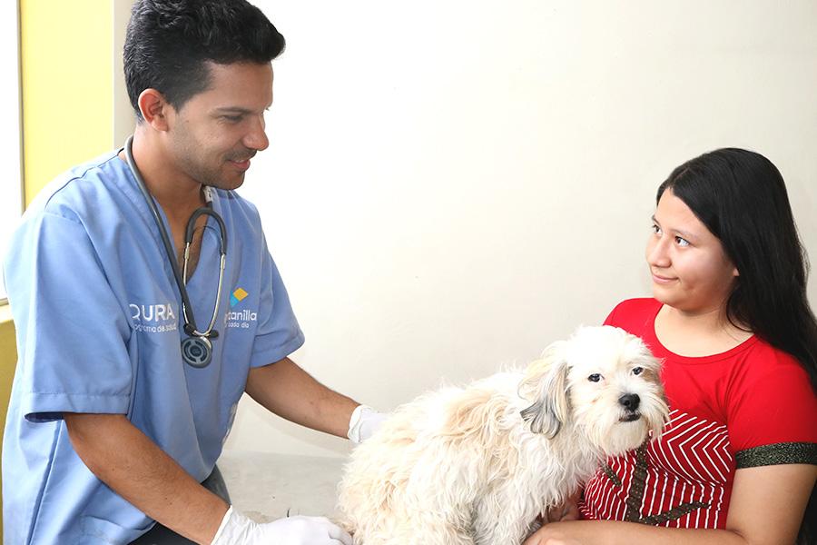 Somos Patas Muniventanilla Veterinario atendiendo una mascota con su responsable