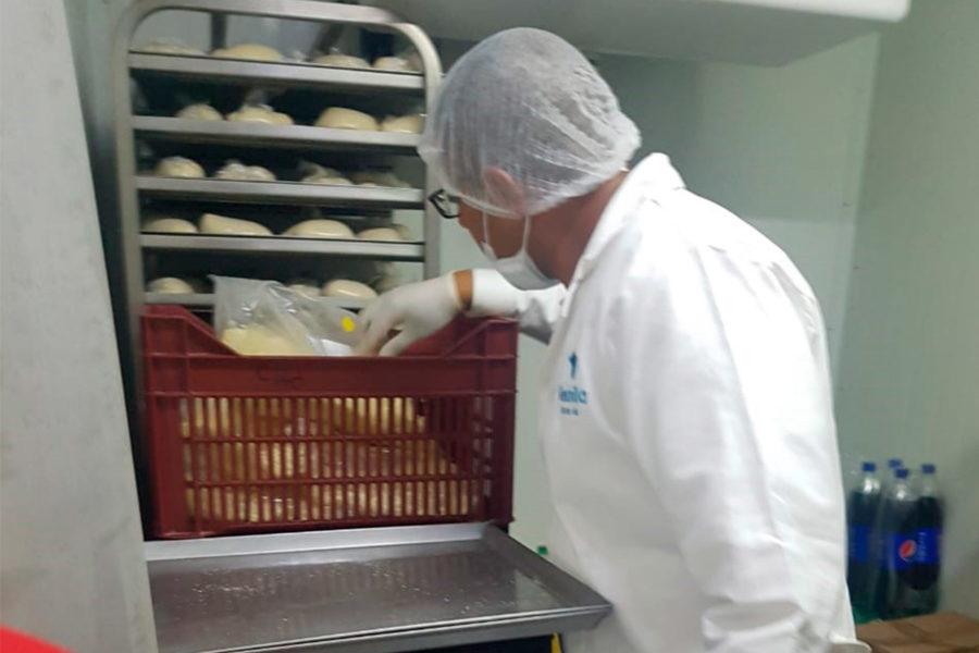 Vigilancia Sanitaria Muniventanilla revisando panaderia otra vista
